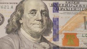 Fermez-vous vers le haut du portrait de cent billet d'un dollar dans 4K clips vidéos