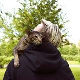 Fermez-vous vers le haut du portrait de chat extérieur Photo libre de droits