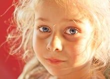Fermez-vous vers le haut du portrait de cinq années de fille blonde d'enfant Photo stock