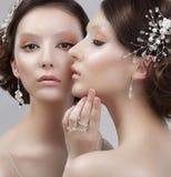 Fermez-vous vers le haut du portrait de deux femmes à la mode avec le maquillage à la mode Photo stock
