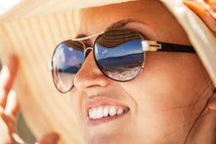 Fermez-vous vers le haut du portrait de femme dans le grand chapeau d'été Photographie stock libre de droits