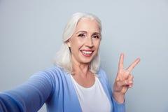 Fermez-vous vers le haut du portrait de gai heureux avec du charme avec le lancement toothy Photo libre de droits