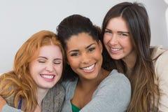 Fermez-vous vers le haut du portrait de jeunes amis féminins gais Images stock