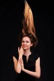 Fermez-vous vers le haut du portrait de jeunes belles femmes avec des cheveux vers le haut de g à la mode Image stock