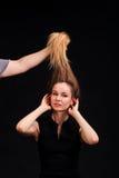 Fermez-vous vers le haut du portrait de jeunes belles femmes avec des cheveux vers le haut de g à la mode Images stock