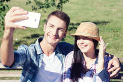 Fermez-vous vers le haut du portrait de jeunes couples attrayants utilisant le smartphone Images libres de droits