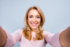 Fermez-vous vers le haut du portrait de joyeux heureux gai avec s de lancement toothy photos libres de droits