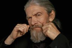 Fermez-vous vers le haut du portrait de l'homme d'une chevelure gris âgé Images libres de droits