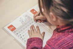 Fermez-vous vers le haut du portrait de l'inscription de mains du ` s d'enfant photo libre de droits