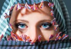 Fermez-vous vers le haut du portrait de la belle femme avec des yeux bleus portant le Sc Photographie stock libre de droits