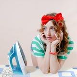 Fermez-vous vers le haut du portrait de la belle jeune femme blonde étonnée avec des yeux bleus et du ruban rouge sur sa tête Photographie stock