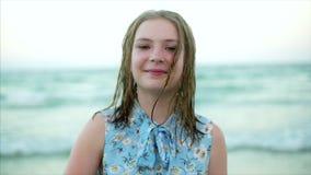 Fermez-vous vers le haut du portrait de la belle jeune femme blonde mignonne européenne ou de la fille gaie souriant en regardant clips vidéos