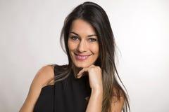 Fermez-vous vers le haut du portrait de la belle jeune femme de sourire heureuse image libre de droits