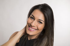 Fermez-vous vers le haut du portrait de la belle jeune femme de sourire heureuse photographie stock libre de droits