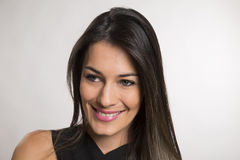 Fermez-vous vers le haut du portrait de la belle jeune femme de sourire heureuse image stock
