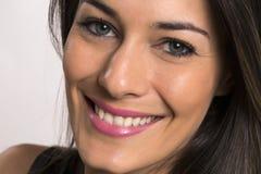 Fermez-vous vers le haut du portrait de la belle jeune femme de sourire heureuse images stock