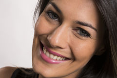 Fermez-vous vers le haut du portrait de la belle jeune femme de sourire heureuse photos stock