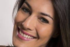 Fermez-vous vers le haut du portrait de la belle jeune femme de sourire heureuse photo stock