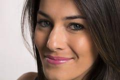 Fermez-vous vers le haut du portrait de la belle jeune femme de sourire heureuse images libres de droits
