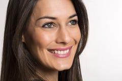 Fermez-vous vers le haut du portrait de la belle jeune femme de sourire heureuse photo libre de droits