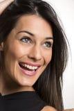 Fermez-vous vers le haut du portrait de la belle jeune femme de sourire heureuse photos libres de droits
