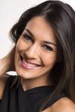 Fermez-vous vers le haut du portrait de la belle jeune femme de sourire heureuse photographie stock