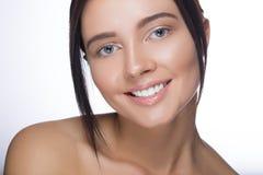 Fermez-vous vers le haut du portrait de la belle jeune femme de sourire heureuse, d'isolement au-dessus du fond blanc Photos stock