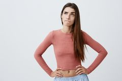 Fermez-vous vers le haut du portrait de la belle jeune fille caucasienne drôle d'étudiant avec de longs cheveux foncés dans des v image libre de droits