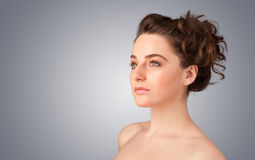 Fermez-vous vers le haut du portrait de la belle jeune fille nue Photo libre de droits