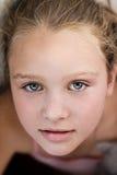 Fermez-vous vers le haut du portrait de la belle petite fille Photo stock