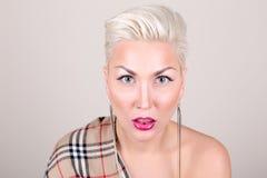 Fermez-vous vers le haut du portrait de la blonde de platine Images stock