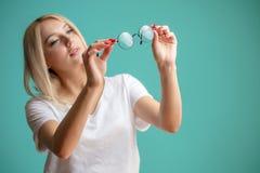 Fermez-vous vers le haut du portrait de la femme awasome avec les cheveux justes regardant les verres et cheching la poussière su Photo libre de droits