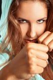 Fermez-vous vers le haut du portrait de la femme caucasienne dans la position de boxe Photos stock