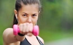 Fermez-vous vers le haut du portrait de la femme sportive de forme physique saine de mode de vie avec photographie stock libre de droits