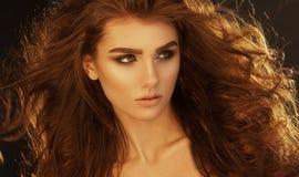 Fermez-vous vers le haut du portrait de la femme très belle avec du Cu sain de volume Image libre de droits
