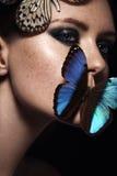 Fermez-vous vers le haut du portrait de la fille avec le beau maquillage Exotique bleu mais Photographie stock libre de droits