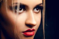 Fermez-vous vers le haut du portrait de la fille blonde magnifique regardant loin Brown ey Image libre de droits