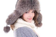 Fermez-vous vers le haut du portrait de la jeune belle femme à l'OIN de vêtements d'hiver Images libres de droits
