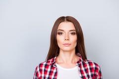 Fermez-vous vers le haut du portrait de la jeune dame sérieuse de brune d'indépendant, elle Photos libres de droits