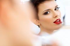Fermez-vous vers le haut du portrait de la jeune femme avec les lèvres rouges. Belle femme faisant le maquillage quotidien Image libre de droits