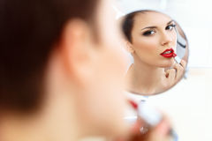 Fermez-vous vers le haut du portrait de la jeune femme avec les lèvres rouges. Belle femme faisant le maquillage quotidien. Images stock