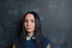 Fermez-vous vers le haut du portrait de la jeune femme de hippie photos libres de droits