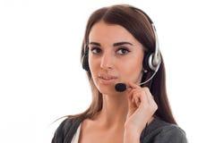 Fermez-vous vers le haut du portrait de la jeune préposée de bureau d'appel de beauté avec des écouteurs d'isolement sur le fond  Image stock