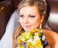 Fermez-vous vers le haut du portrait de la jolie jeune mariée photographie stock libre de droits