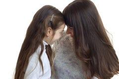 Fermez-vous vers le haut du portrait de la mère avec sa jeune fille Photos stock