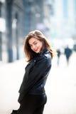 Fermez-vous vers le haut du portrait de montant de rue de mode de la jolie fille dans l'équipement occasionnel de chute marchant  Photo libre de droits