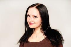 Fermez-vous vers le haut du portrait de studio d'une jolie jeune femme Image libre de droits