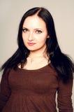 Fermez-vous vers le haut du portrait de studio d'une jolie jeune femme Photographie stock libre de droits