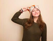 Fermez-vous vers le haut du portrait de studio de la fille gaie de hippie dans le renard drôle h Images stock