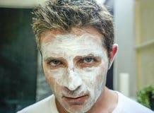 Fermez-vous vers le haut du portrait de visage du jeune homme caucasien beau et attirant à la maison regardant se sur le miroir d photo stock